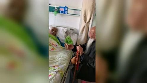 104岁哥哥看望97岁病重妹妹,妹妹哭着握哥哥手:最后一次见