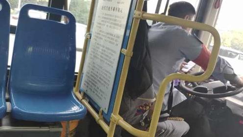 太危险!公交司机开车玩手机,单手操作方向盘