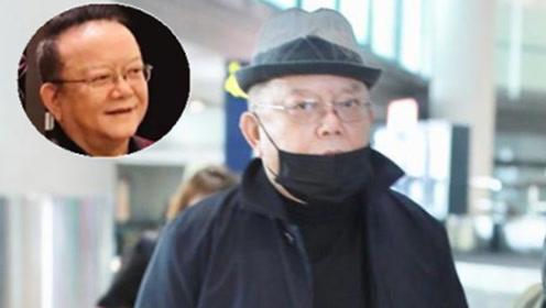 71岁王刚罕见现身机场精神矍铄眼神凌厉 一身风衣大佬范儿十足
