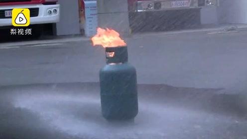 燃气着火先关阀会回火爆炸?消防员在线演示辟谣