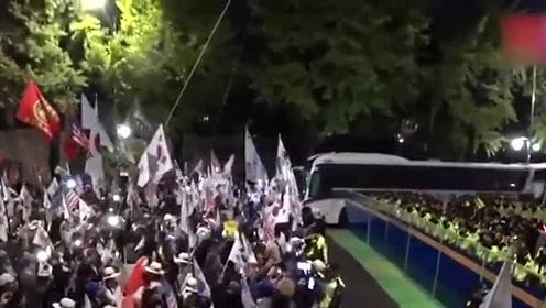 韩国市民在青瓦台前与警察近距离对峙 高喊:文在寅下台