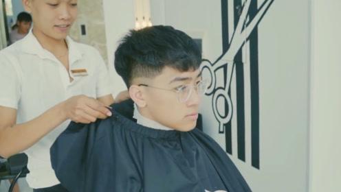 25岁男生别剪锅盖头了!把头发撩起来,染上个性的粉色,是真的帅