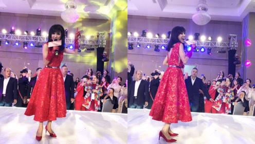 64岁米雪一身红裙再唱经典老歌,台风好律感强颇有老上海风情