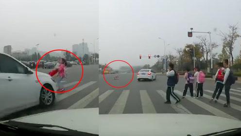 山东一小车闯红灯,撞飞斑马线上小女孩数米远,多名小学生被吓懵