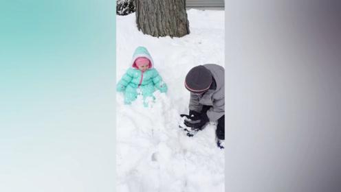 看到哥哥在玩雪,小妹妹也笑了起来,没想到最后却被打到了!