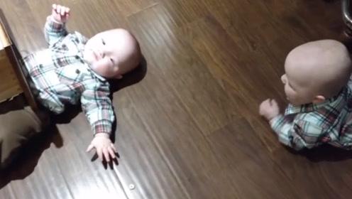 1岁弟弟被衣柜卡住,哥哥赶紧爬去帮忙,下一幕却令爸妈笑翻了