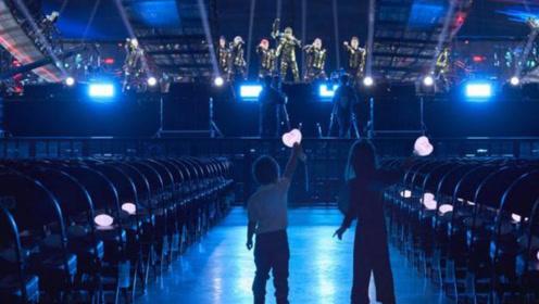 周杰伦为儿女办专场演唱会,小周周和小小周挥舞荧光棒随爸爸起舞超萌