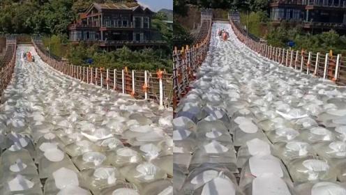 800水袋摆满大桥,网友各种爆笑解释,真实原因让人大赞机智