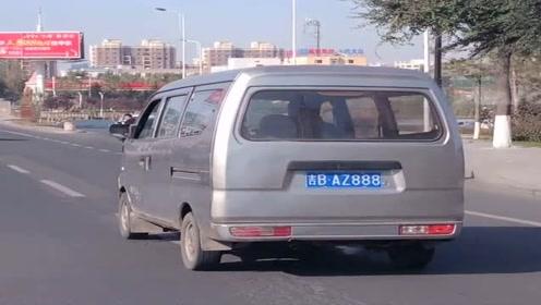 这可是一辆价值几万块钱的面包车,车牌号竟然这么牛,司机太低调了