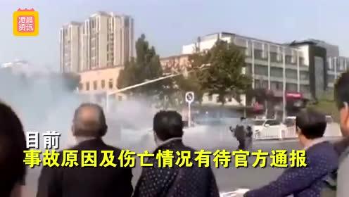 北京街头两车互怼上演碰碰车 现场浓烟弥漫大量路人围观