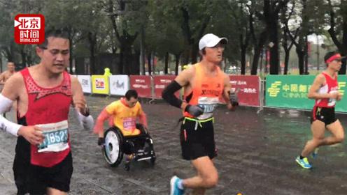 """励志哥坐轮椅2小时58分跑完全马 """"希望带动更多残友走出家门"""""""