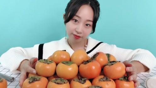"""妹子试吃""""脆甜柿子"""",软柿子都吃过,但你吃过硬柿子吗?"""