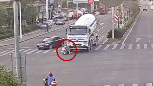 """监拍:电动车被大车撞倒驾驶员生还 奥迪""""预见""""车祸快速躲避"""