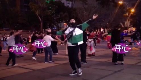 张艺兴混入人群跳广场舞 疯狂踩点毫无违和感