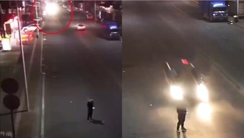 惊恐一瞬!东莞一男子站马路中间玩手机,瞬间被车撞飞