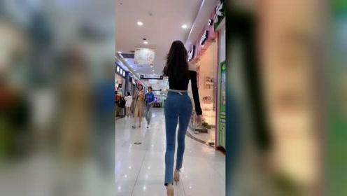 商场里遇到的姑娘背影真好看,这完美的身材曲线,连路过的女生都羡慕!