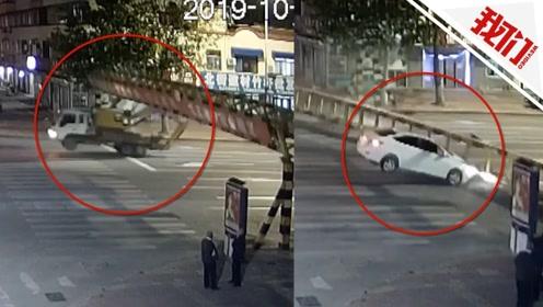 """货车""""背着""""挖掘机行驶撞掉限高杆 路过小车被砸中监控拍下惊魂一幕"""