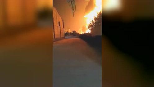 小车夜幕中追尾油罐车 引发大火后发生数次爆炸
