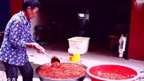 70岁外婆自制辣椒酱,加上这些材料,一次做几十斤,放几年也不坏