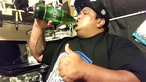 不喝啤酒来喝汽水,这大叔不是一般人