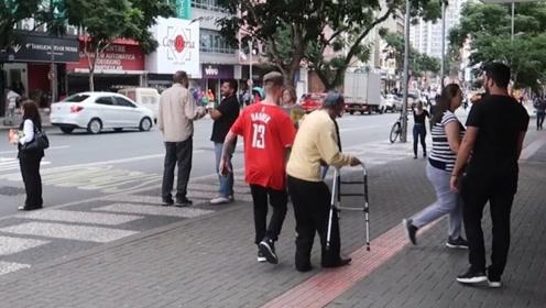 老外人心测验,让好友欺负残疾人,而后看路人的表现