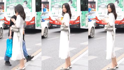 白色的修身束腰长裙,简单干净,展现小姐姐清纯素净的气质!