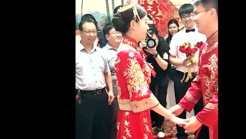 新人结婚现场,新郎新娘在线秀恩爱,最后还抢了句司仪的台词!