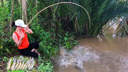 农村女孩钓鱼,这条鱼太大了,快要拉不上岸了