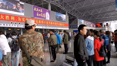 石家庄机场偶遇导演在拍戏,围观了很多人