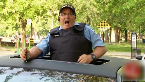警察表现出被狗咬了,路人都吓了一跳,简直是太好玩了!