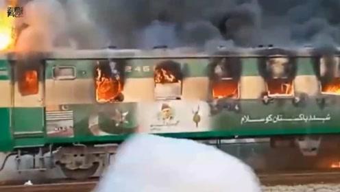 巴基斯坦火车起火事故已导致62人死亡 爆炸现场火光熊熊