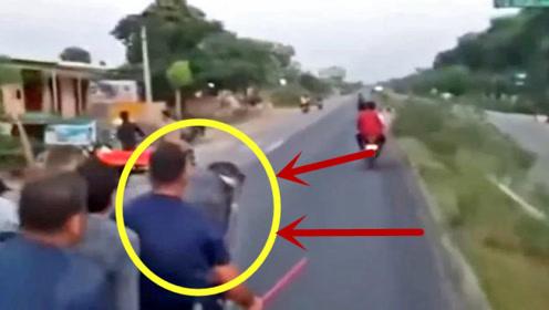 4人坐上牛拉车,在公路上飞奔,手机拍下这疯狂一幕