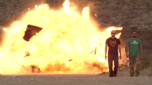 俩老外一块炸豪车,不回头看爆炸的场面,真的不会被炸到屁股吗?