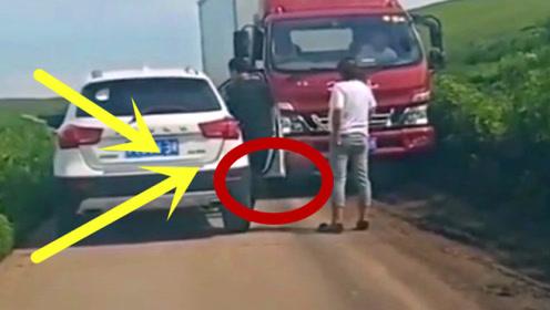 大货车司机终于看不下去了,亲自下车帮女司机开,真逗!