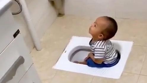 我就洗个碗的功夫 你就偷偷溜进厕所了 是不是嫌浴缸太小了