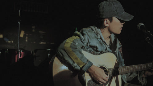 易烊千玺弹吉他为《少年的你》献唱,烟嗓一开口太酥了,小北本人无疑了!