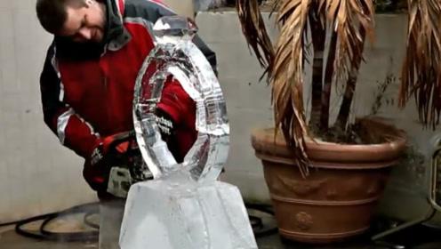 """外国男子巧夺天工,用冰块雕一颗""""钻戒"""",却被女友追着打!"""