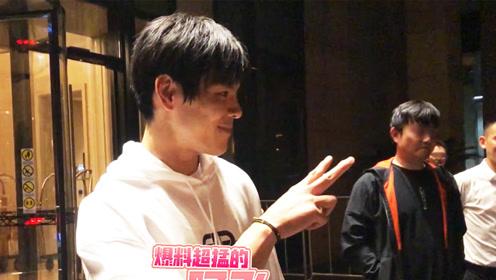 向佐酒店外与粉丝开心互动,或将在香港再办婚宴?
