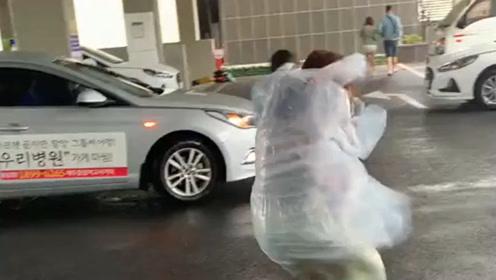 台风下的两个小姐姐,上个车都这么费劲,还好没被刮跑!