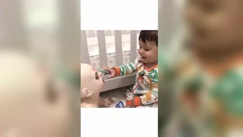 男童喜欢和僵尸娃娃玩耍 和它形影不离引网友热议
