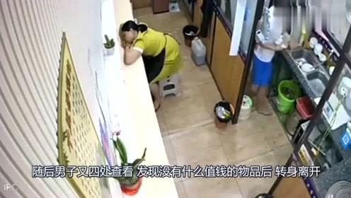 男子趁营业员睡觉,竟做出荒唐行为,你老婆看到会作何感想