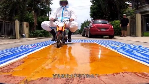 骑摩托车能够摆脱胶水陷阱吗?老外用爱车实验,结果悔到肠子都青了