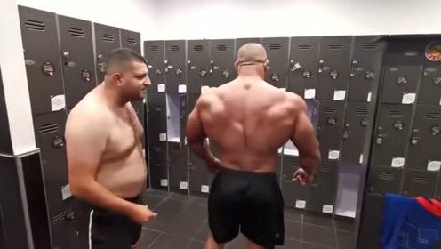 """健身男嘲笑朋友浑身肥肉,朋友不服与他比赛,健身男却大叫""""这太难了""""!"""