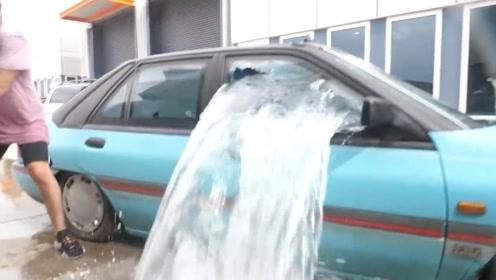 小伙突发奇想做个水下汽车,这造型就是帅呆了,引发众人拍照!