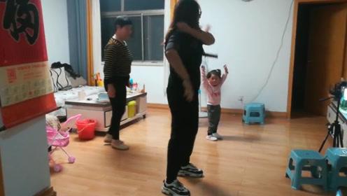 宝宝饭后带领家人跳舞,迷人的小动作,奶奶看见高兴坏了!