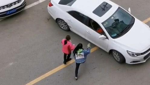 实力女司机19分钟倒车入库 在两位队友吼声中成功