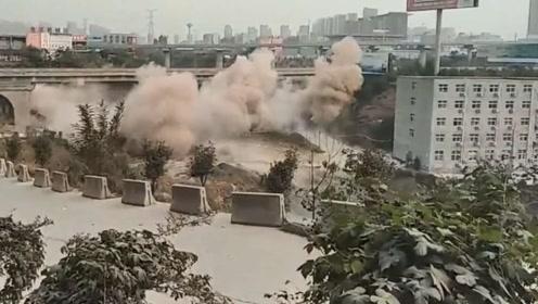 """郑州""""堵王""""小刘桥老桥爆破全程 40年老桥3秒钟被夷为平地"""