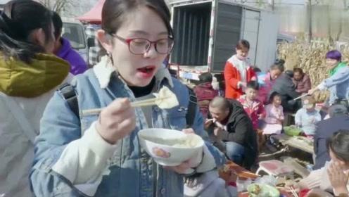 近200百人露天吃饺子!牛肉馅8块一碗,多到往外掉,场面太热闹了