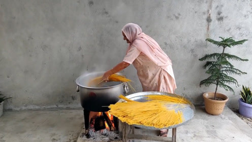 63岁老太村里免费做美食,18斤面,36个孩子吃到撑!