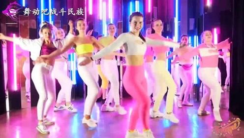 """完美!看了俄罗斯舞蹈老师跳""""电摆舞"""",网友:她能""""以一顶十"""""""